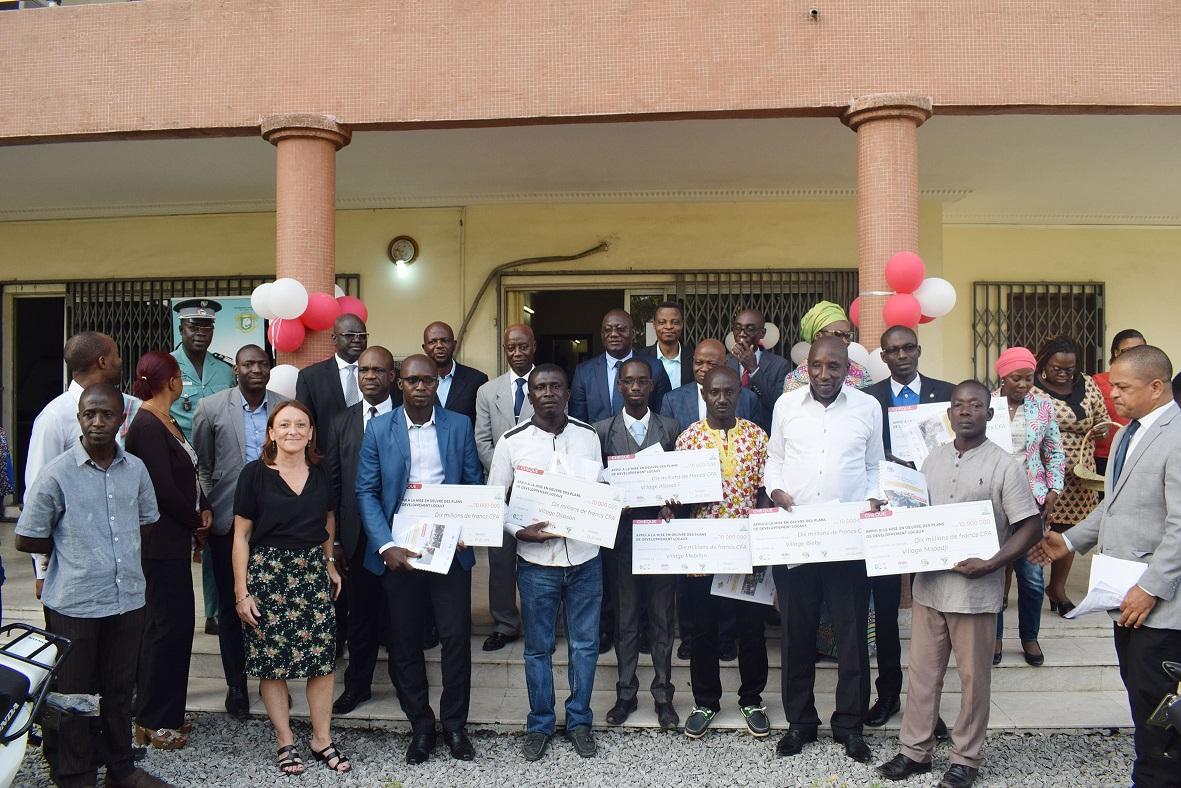 COMMUNIQUE DE PRESSE  : LUTTE CONTRE LA DEFORESTATION EN COTE D'IVOIRE – La REDD+ remet 70 millions F CFA à 7 villages et 10 motos à 5 ONG.